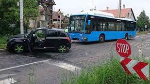 Autójába szorult egy sofőr, miután busszal ütközött Soroksáron