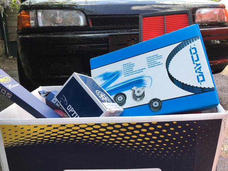 A nagy karton alján vagy nyolc liter, mindenféle olaj lötyög, megvan az első és hátsó fékbetét is. A mosható szűrő helyére most beteszek egy papírt, kap új ablaktörlő lapátokat is, meg ugye a komplett vezérlés-szett is a dobozban vár