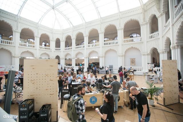 Az Iparművészeti Múzeum adott otthont a rendezvénynek, ahol felvonult többek között a Molnár Barista Coffee, a Cserpes Sajtműhely és a Kávétársaság is.