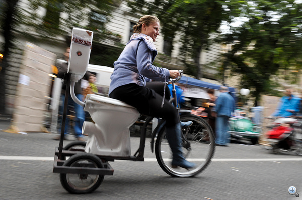 A Bárka színház WC-biciklije