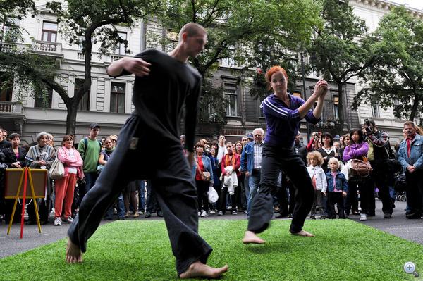 Köztéri tánc az Andrássy úton