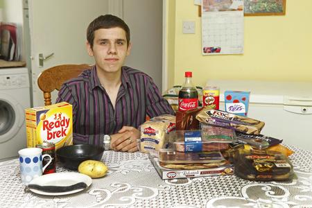 A 16 éves Mevsimler mutatja, mennyit evett műtét előtt (jobb kupac) és után (bal oldalt).