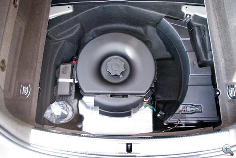 Jobbra a mélynyomó, balra a kerékjavító készlet, a csillogó tárgy pedig a légrugó tartálya