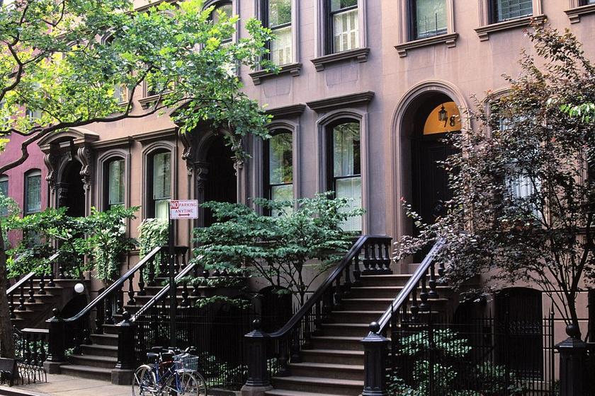 A Szex és New Yorkból Carrie Bradshow szingli nők által vágyott kis apartmanja Manhattanben található. A turisták zarándoklatai miatt az ajtóhoz vezető lépcsőt le kellett zárni.