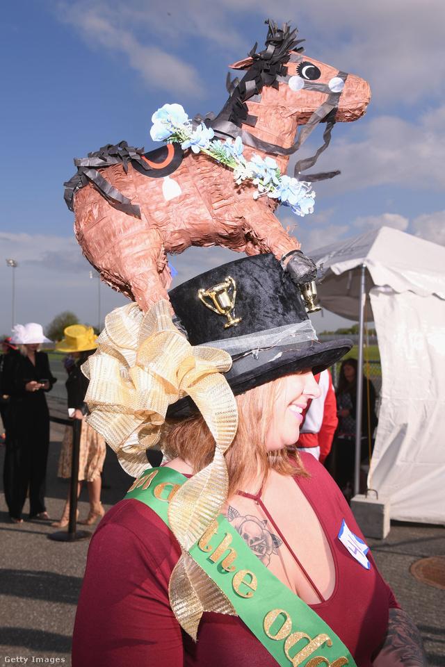 Az Empire City Casinoban tartott Kentucky-i derbi kalap versenyének egyik legelborultabb darabja.