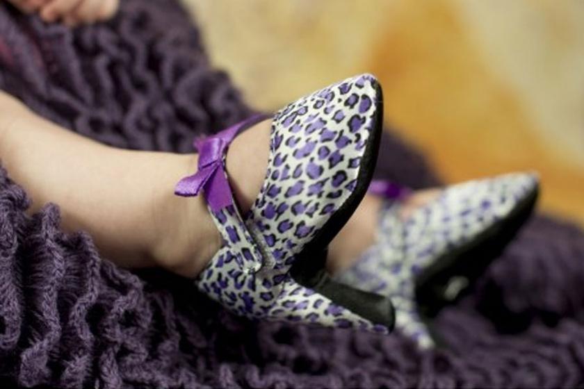 Nézni is szörnyű: hogy kerülhet egy ilyen apró lábra magassarkú cipő?