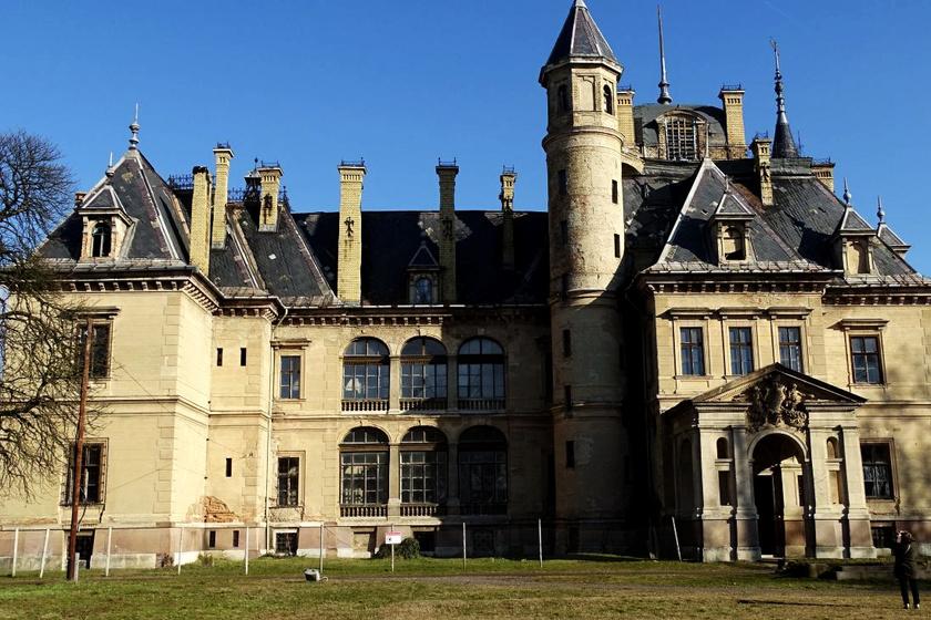 Az Ybl tervei alapján, francia mintára épült, turai Schossberger-kastély magántulajdonban van, korábban iskola és látványosság is volt. A romos épület felújítása azonban milliárdokba kerülne.