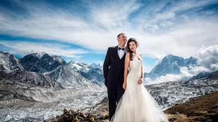 Megmászták a Mount Everestet, hogy ott esküdhessenek