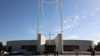 Óriási, világító rózsafüzérrel várják a pápát