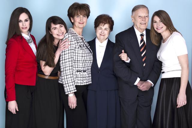 Egy képen az egész család - legalábbis az Emporiumban dolgozó tagjai.