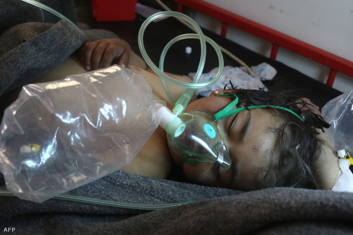 Egy fiatal fiú kórházi kezelés alatt az áprilisi vegyi támadás után, egy szír kis kórházban.
