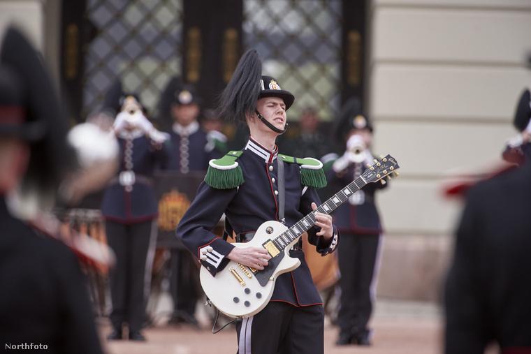 Sőt, egy gitárszólóval is köszöntötték a királyi párt!