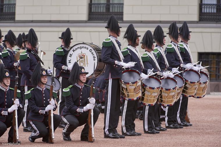 A rezidencián a királyi katonai zenekar is tisztelgett Szonja és Harald előtt