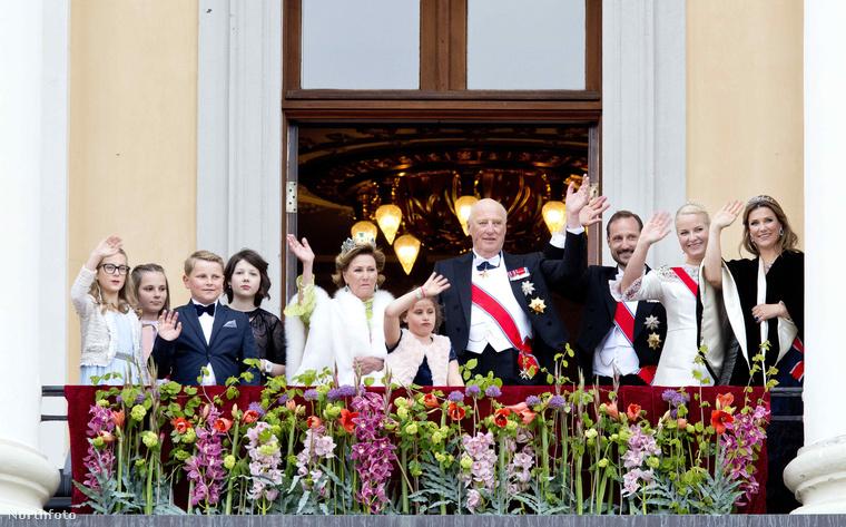 Így ünnepelt az uralkodó család a Királyi Palota erkélyén