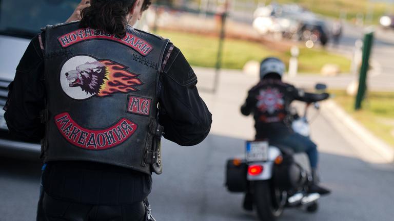 Putyin motorosai önkényuralmi jelképpel parádéztak, a rendőrség szemet huny