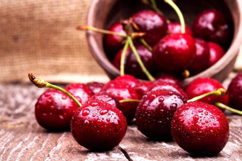 A cseresznye vörös színét adó anthocyanin egy erős gyulladáscsökkentő, fájdalomcsillapító antioxidáns, míg a gyümölcs béta-karotinja a máj működését is segíti.
