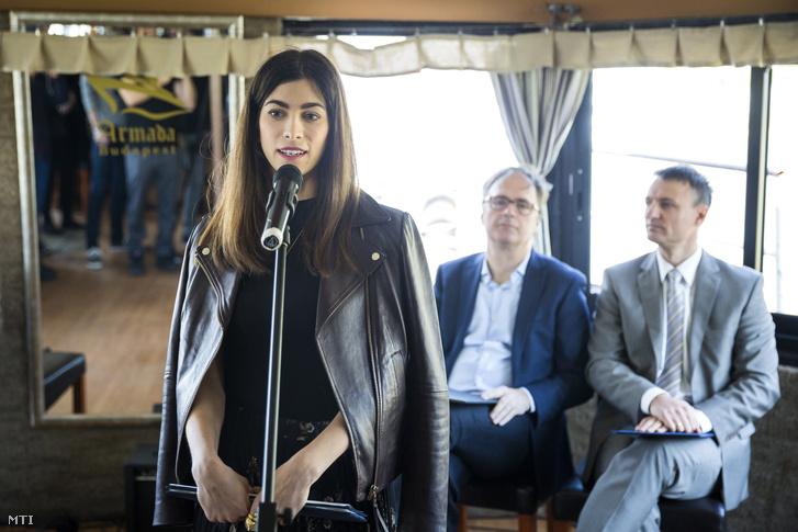 Szalay-Bobrovniczky Alexandra főpolgármester-helyettes beszédet mond a Budapesti Közlekedési Központ (BKK) új Müpa - Nemzeti Színház hajóállomásának ünnepélyes átadóján 2017. április 25-én.