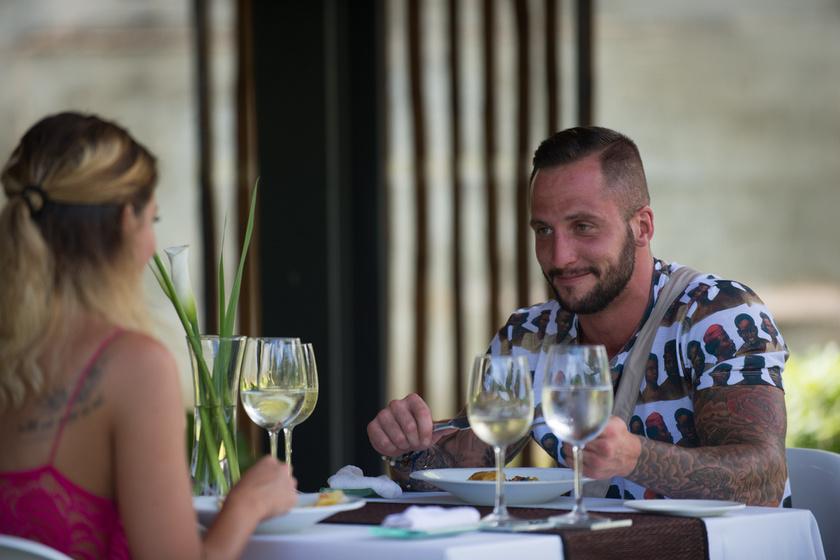 Zsuzsi és Norbi egy elegáns étterembe mentek randevúzni.