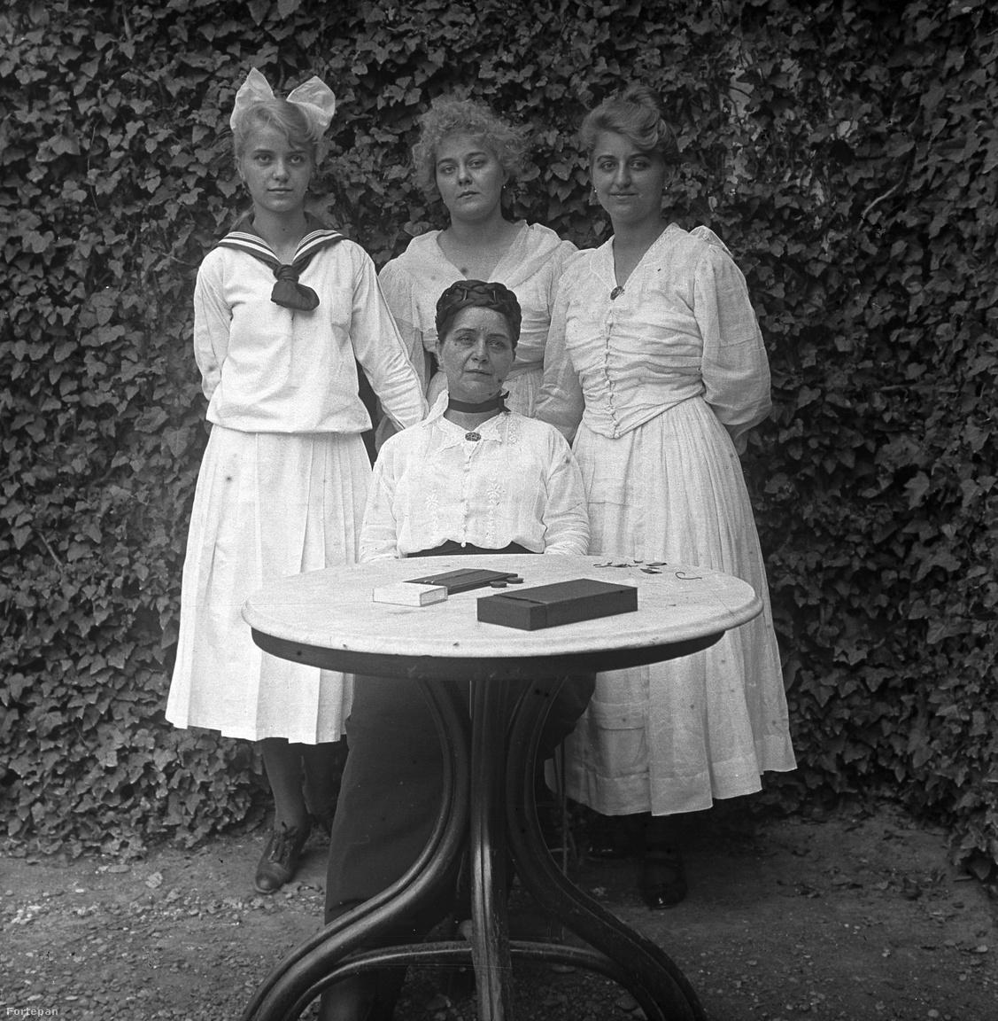 """Anya és lányai, akárcsak Pórteleky Magda és Marcsi, Zsuzska, Klári a Színek és évekbőlKözös fotón a régi és az új világrend: """"ők már másfélék!"""" Nemcsak házitündérkisasszonyok, lehet belőlük tanár vagy patikus, és szabad a szerelem is: """"ráér erre a fényűzésre, nem kell férjhez szaladnia a kenyérért…"""""""