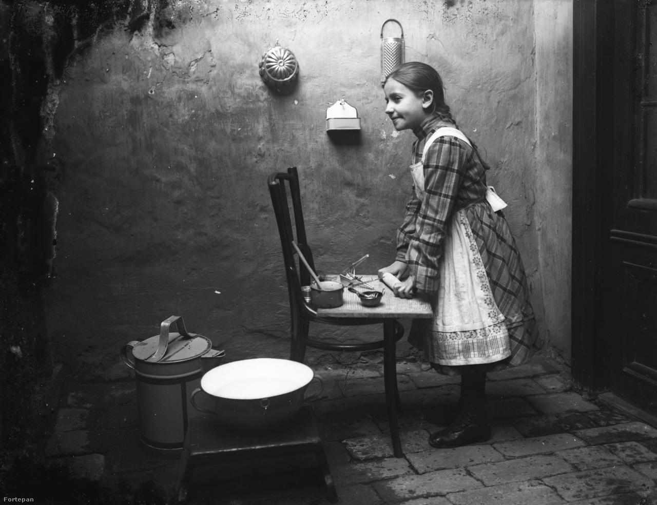 """A lányok házi angyallá képzését a lehető legkorábban megkezdték. Akkoriban a házasulandó ifjak szép fogattal, az eladósorban lévő kisasszonyok pedig a háziasságukkal hódítottak. Minden ambíciójukat és buzgalmukat az éléskamra, a padlás, a pince, a fehérneműs szekrények felügyeletében élték ki. A főzéstudománynak nagyobb hasznát vették, mint a latin igéknek. """"Lehet, hogy szíve nem minden férfinak van, de gyomra mindegyiknek"""" – mondta állítólag Jókai. És tudta ezt Jókainé Laborfalvi Róza is, aki a színpadról lelépve hagyománykövető és jó háziasszony volt. Egyszerűen jól állt a kezében a munka, ezzel nemcsak férjét, de még szigorú anyósát is meghódította."""