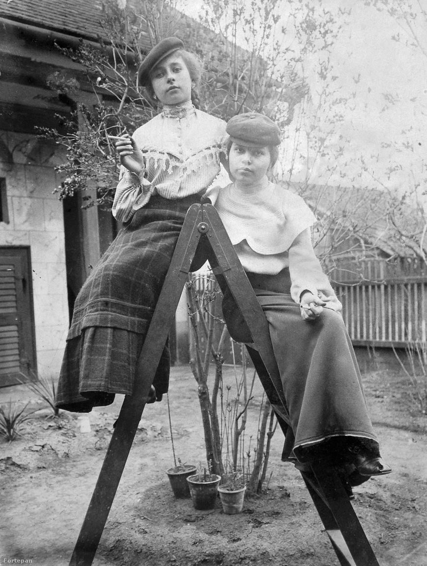 """A cigarettázó kisasszonyokat két jelzővel illették, és egyik sem volt hízelgő: rosszlány vagy kékharisnya. Az Új Idők szerkesztői üzenete 1898-ban így tett rendet a mindenre képes lányok között: """"Mi, dohányos férfiak és nők bevallhatjuk egymásnak, hogy a füstölés bizony nem szép szokás. Nőnél bizonyára csúnyább, mint férfinál. Miért? Mert a nő szigorúbb esztétikai elbírálás alá esik, és mert a dohányzás esztétikai szempontból is inkább nőietlen, mint férfiatlan szenvedély. […] Úri nő mindig illetlenséget követ el akkor, ha a viselkedésével feltűnést kelt. Ezt a dohányzásra is alkalmazhatja. Úri nő – ha már dohányos – csak akkor és ott fog rágyújtani, ahol ezzel nem hívhatja ki a kritikát."""""""