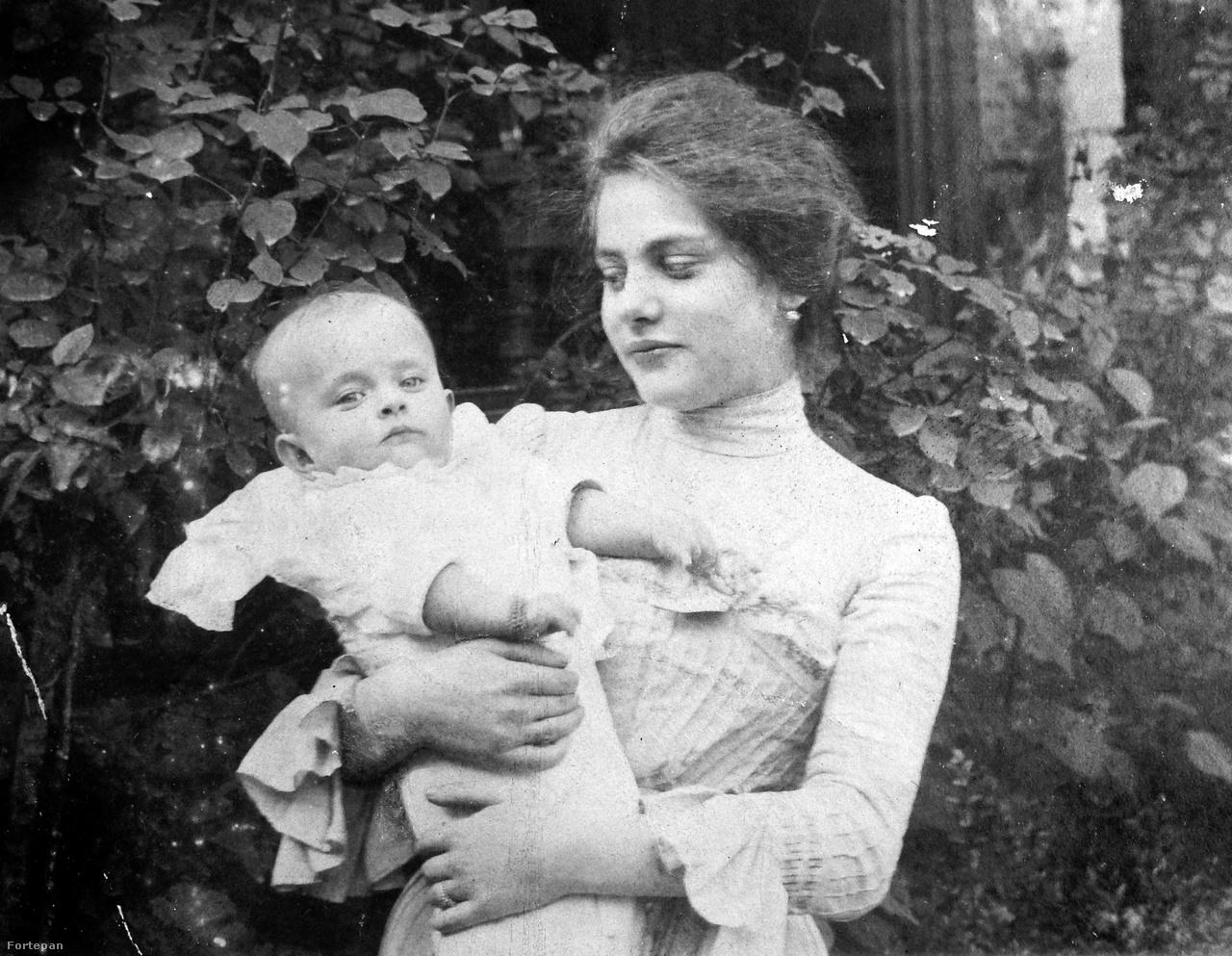 """A 19. században otthon és bábaasszony segítségével szült, aki megengedhette magának. A kórházakban leginkább a prostituáltak, munkásnők, többnyire leányanyák kényszerültek szülni. A szülés nem volt veszélytelen: az 1850-es években több vagyonos asszony végrendelkezett előtte. A kisbabát sokszor a legjobb körökben is maguk szoptatták. Szilárda, Veres Pálné lánya beszámolt arról, hogy amikor 1862-ben a család barátja, Madách szűk körű felolvasást tartott nekik, """"az író mindenkor szünetet tartott olvasmányában, mikor engem elhívtak, mert gyermekemet magam tápláltam, ez eléggé gyakran történt."""""""