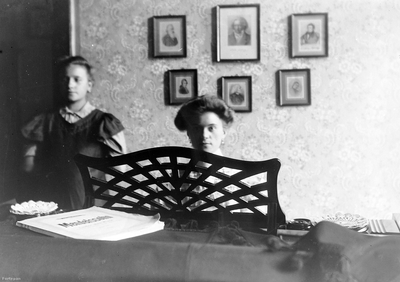 A tökéletes szalonhölgyet nemzedékeken keresztül Kalocsa Róza Az illem könyve szerint civilizálták. Kora gyerekkorától nyelvmesterrel nyaggatta a francia igeragozást és a grammaire-t, szókincsét Párizsból rendelt regényeken gyakorolta. Lelkének finom hangjait zongoradarabokon rezegtette és házi mulatságokon mutatta be. A 19. században a lányok taníttatása leginkább az otthon falai között vagy magánintézetben folyt. Állami középfokú képzésükre 1869-ig, az első tanítóképző felállításáig kellett várni, gimnáziumba pedig csaknem harminc évvel később mehettek.