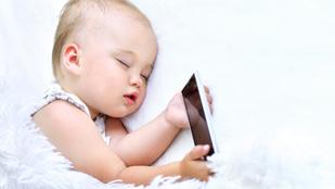 Altasd el a kisbabádat telefonnal