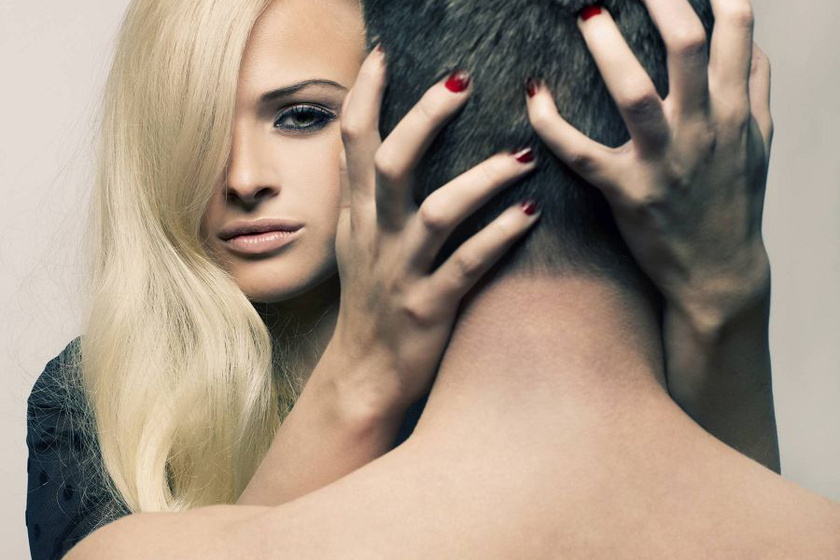 Gyengéden simogasd a fejbőrét csókolózás közben, ha pedig már belelendültök, nyugodtan markold meg a haját, de persze csak óvatosan. Biztos, hogy ezzel teljesen bevadítod majd.