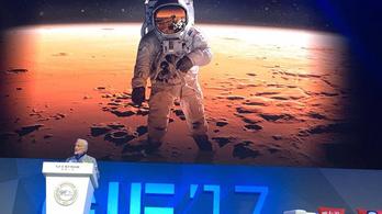 Buzz Aldrin beolvasott kicsit a NASA-nak