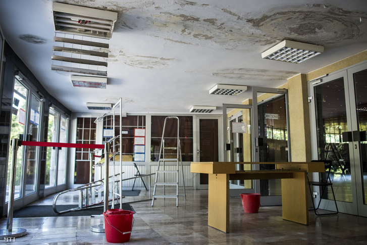A 2016-os beázás nyomai az épületben