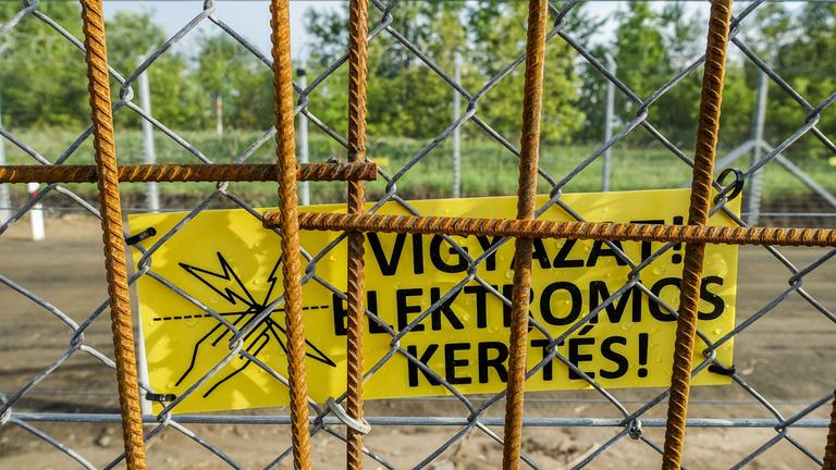 Áramot vezettek a magyar-szerb határkerítésbe
