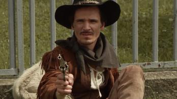 Magányos cowboy császkál Óbudán