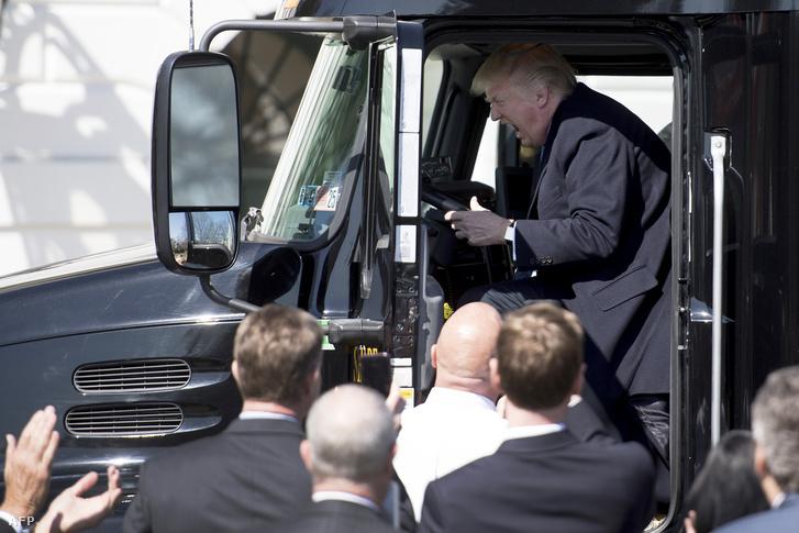 Donald Trump beült egy kamion fülkéjébe, amikor amerikai fuvarozókkal találkozott a Fehér Házban.
