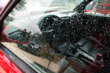 Esős üvegen át