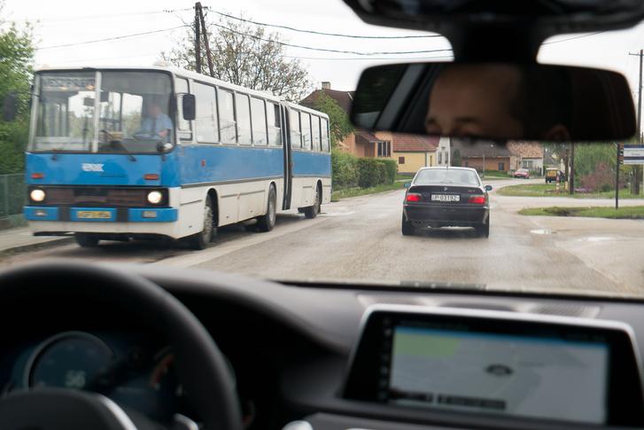 Mennyire nem passzol ide ez a két autó