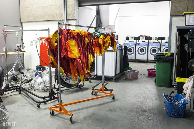 Mivel az előadás folyamatosan úton van, saját mosodáról is gondoskodnak, ami szintén utazik a csapattal.