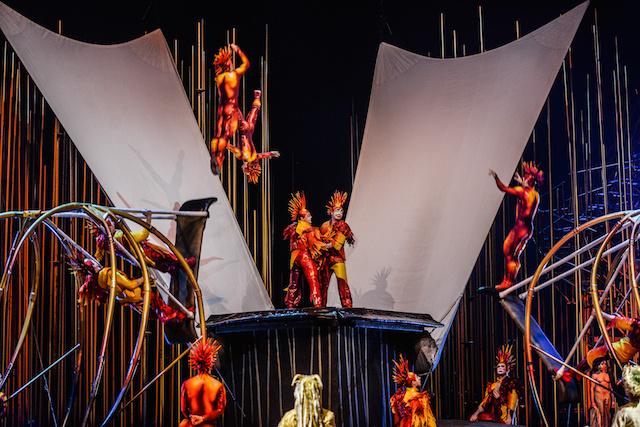 A többi előadáshoz hasonlóan a Varekai is a látványos színpadképek és elképesztő artistamutatványok miatt olyan különleges.