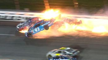 Félelmetes baleset történt a NASCAR kansasi futamán