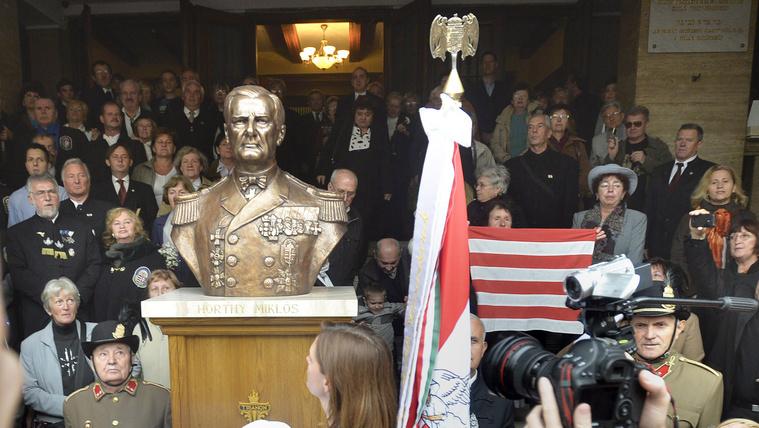 A DK tüntetéssel tervezi megakadályozni a Horthy-szobor felállítását