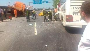 Buszbaleset az M0-son: a vezető meghalt, huszonöten megsérültek