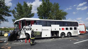 Turistákat szállító busz karambolozott az M0-son, a sofőr meghalt