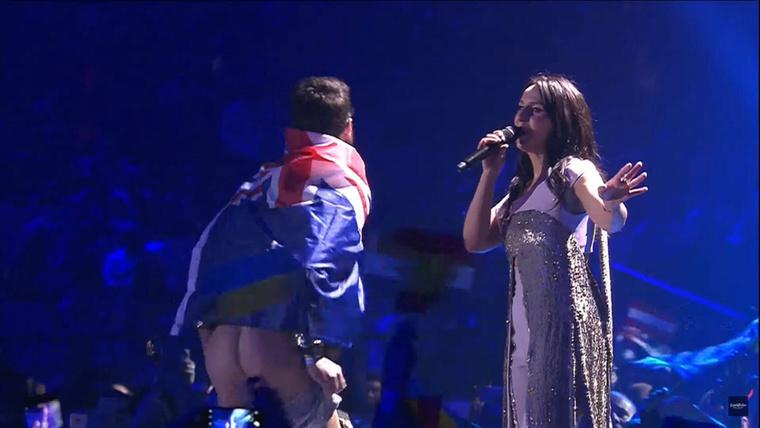 Az idei Eurovízió legbizarrabb pillanata az volt, amikor a tavalyi győztes, Jamala előadása közben egyszer csak felfutott valaki a színpadra, és megmutatta a hátsóját