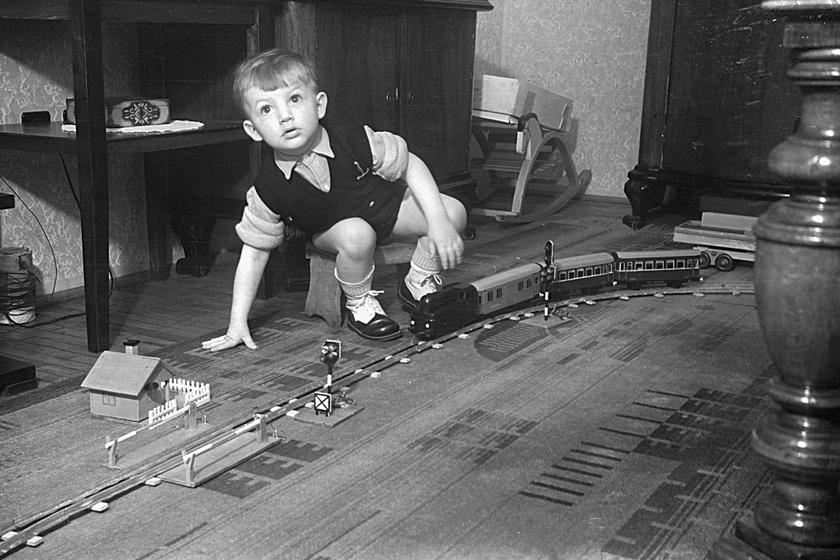 A '60-as évekre sem veszített népszerűségéből a játékvasút. Ekkora már Magyarországon is a híres játékvasútcég, a Merklin által ajánlott egyenáramú rendszerről működött a játék.