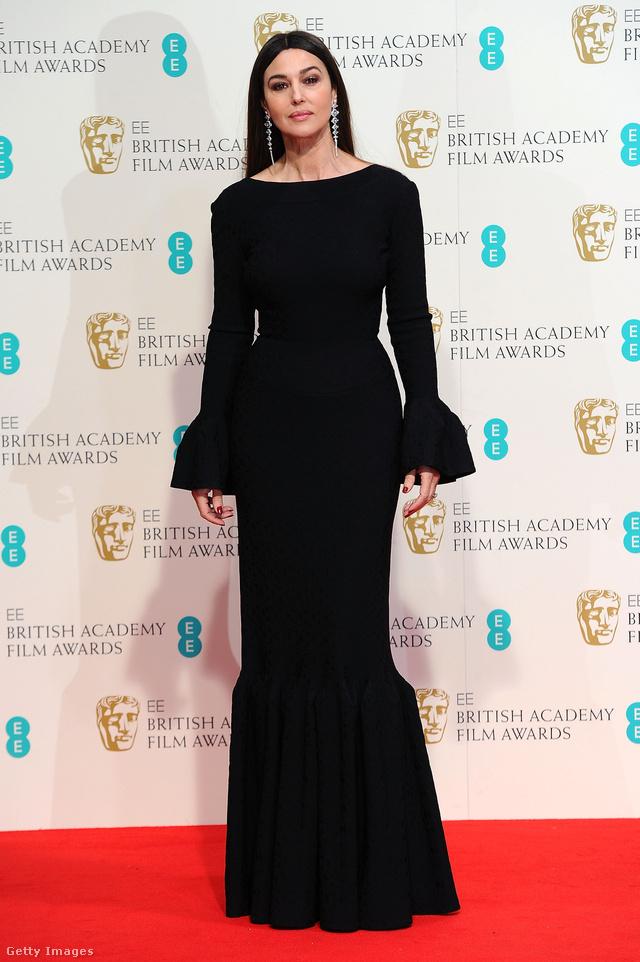 Bár egyes kritikusok Morticia Addamshez hasonlították a színésznőt ebben a vintage hatású hosszú ruhában, szerintünk remekül kiemelte nőies idomait a 2015-ös BAFTA-díjátadón.