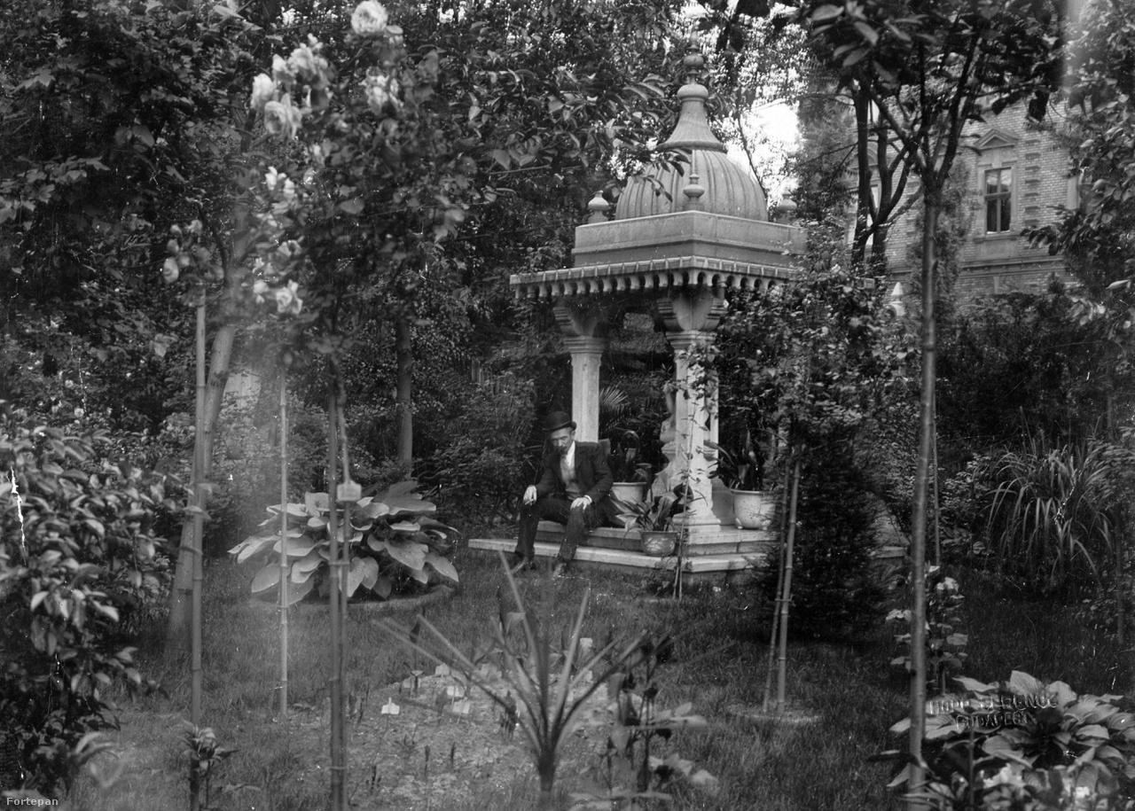 """Földrajztudós a világutazó kertjében: Cholnoky Jenő Hopp Ferencnél 1902-ben, az Andrássy út 103.-banA Morvaországból mezítláb érkező kisfiú a legendás Calderoni-féle optikaüzlet gazdag tulajdonosa és """"a magyar globetrotterek legkiválóbbja"""" lett. A világ minden táján gyűjtött műkincsekből jutott a villa falai közé és a parkba is. Így jött létre a századfordulón a főváros legkü¬lönösebb, orientalizáló stílusú kertje ritka növényekkel, szobrokkal, emlékoszlopokkal, pagodákkal és bálványokkal. Ma az egykori tulajdonosról elnevezett Kelet-Ázsiai Művészeti Múzeum kertjeként látogatható."""