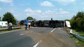 Keresztbefeküdt egy kamion az M7-esen