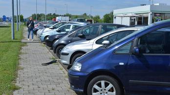 Egy éve tehetetetlenek a hatóságok a Röszkén parkoló roncsautókkal