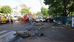 Buszmegállóba csapódott egy autó Budapesten