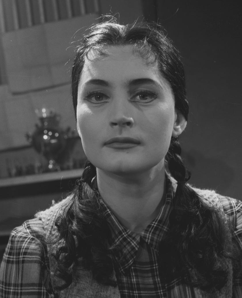 A 29 éves Máthé Erzsi 1956-ban, Csepurin: Tavaszi áradás című darabjában a Nemzeti Színházban.